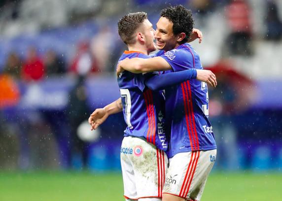 Viti y Steven se abrazan tras la victoria al Granada | Imagen: Real Oviedo