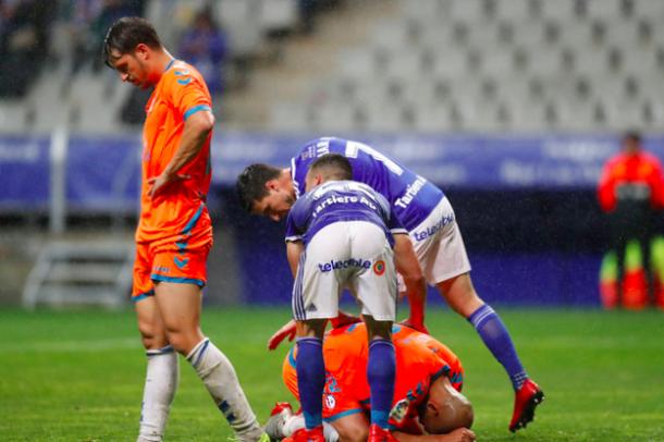 Joselu y Omar consuelan a Verza | Imagen: Real Oviedo