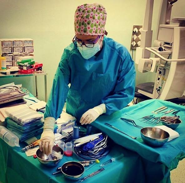 Julia ejerciendo su profesión de enfermera // Fuente: Instagram (@julia_calatayud)