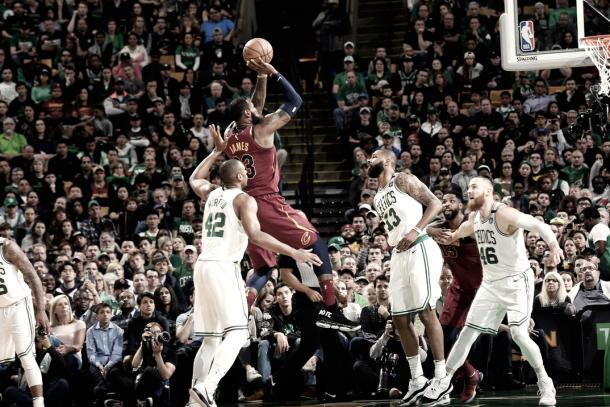 Lebron James durante el primer partido en el Garden /Brian Babineau NBA Getty Images