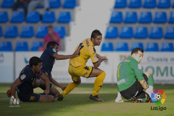 Fran Carbia (centro) en el momento de marcar el primer gol del CF Reus. (Foto: LaLiga)