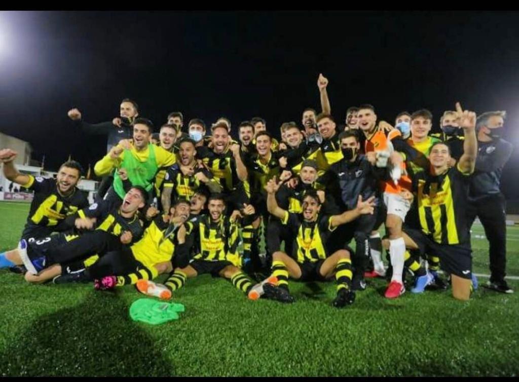 Los jugadores locales celebran su acceso a Copa. | Foto: CE Cardassar