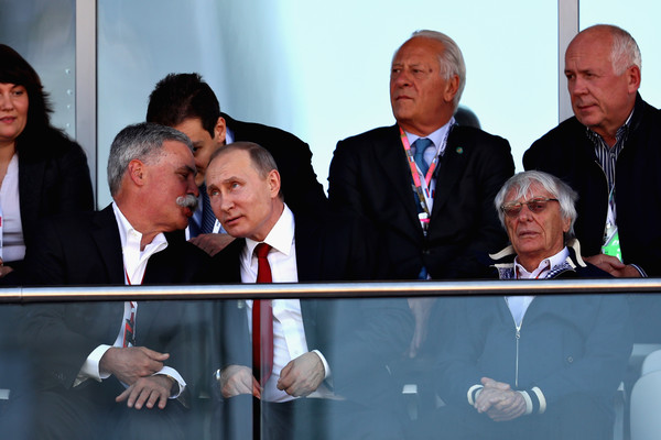 Junto com Carey (esq.), Ecclestone (dir.) foi convidado pelo presidente russo, Vladmir Putin (centro), a estar no último GP da Rússia (Foto: Clive Mason/Getty Images)