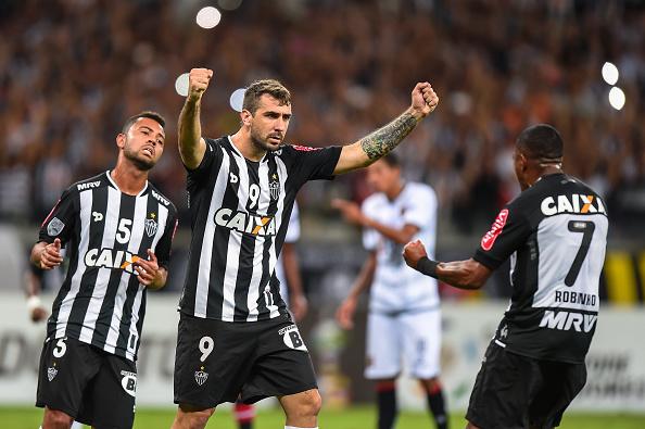 Rafael Carioca, Lucas Pratto e Robinho celebram gol na vitória por 4 a 0 sobre o Melgar, no Mineirão, pela fase de grupos da Libertadores (Foto: Pedro Vilela/Getty Images)