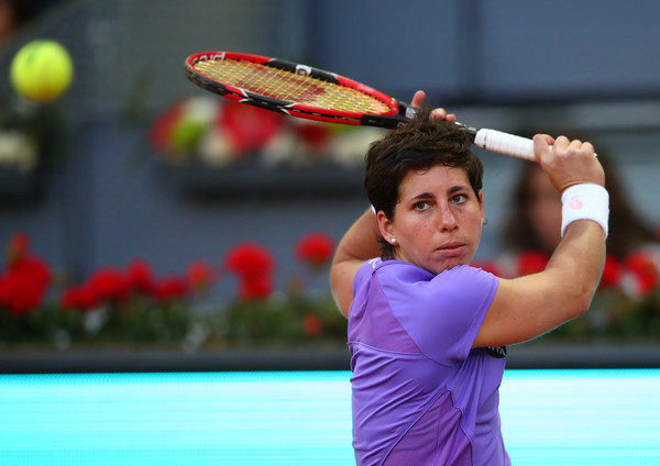 Carla Suárez Navarro prepares to hit a backhand at the 2016 Mutua Madrid Open. | Photo: Clive Brunskill/Getty Images Europe