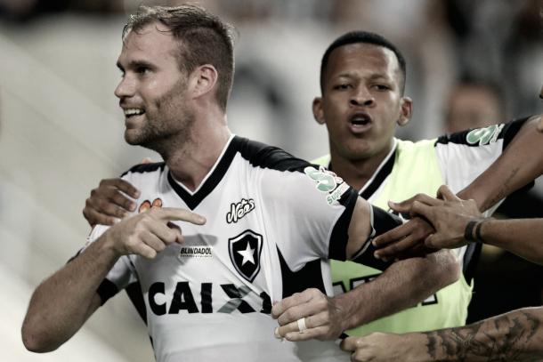 Carli fez o gol e foi comemorar em frente a torcida alvinegra (Foto: Divulgação / Botafogo)