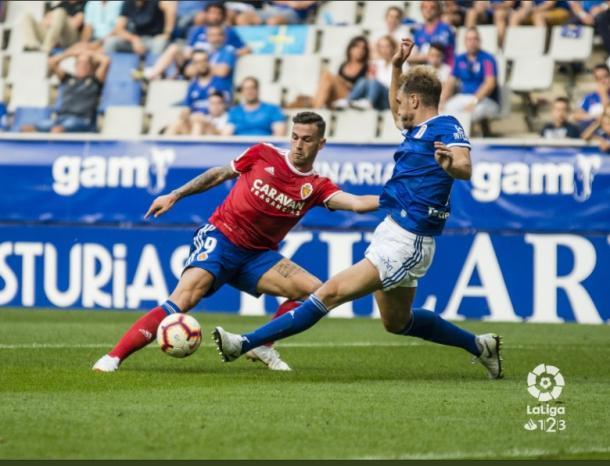 Álvaro Vázquez hizo cuanto quiso con la defensa carbayona en el Real Oviedo 0-4 Real Zaragoza. | Imagen: LaLiga