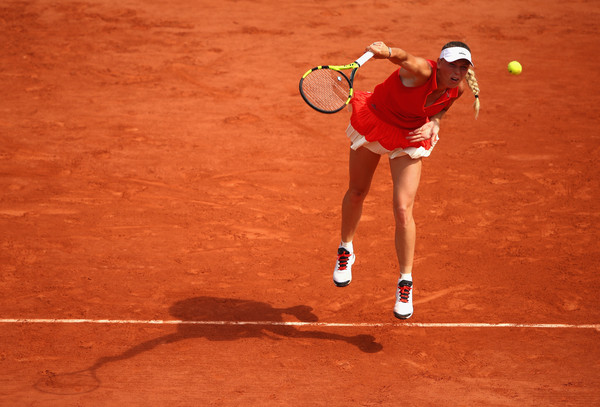 Caroline Wozniacki serves | Photo: Clive Brunskill/Getty Images Europe