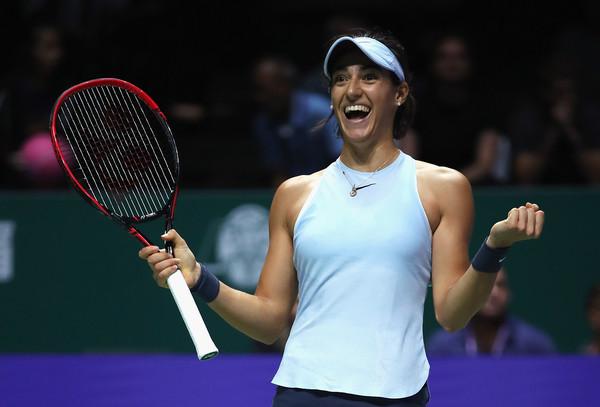 Caroline Garcia looks at her box after defeating Caroline Wozniacki in Singapore | Photo: Matthew Stockman/Getty Images AsiaPac