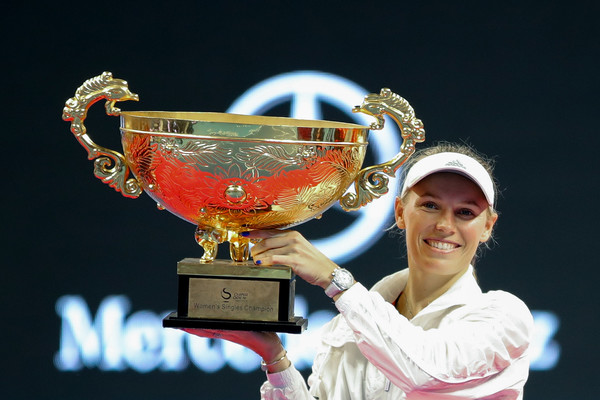 Caroline Wozniacki proudly lifting up her Beijing title | Photo: Lintao Zhang/Getty Images AsiaPac