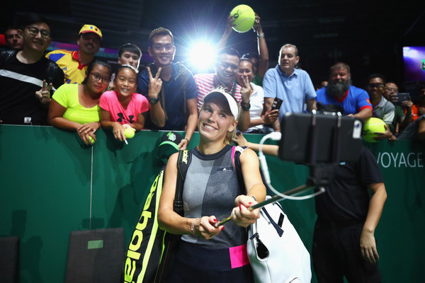 Caroline Wozniacki takes a selfie with her fans after the match | Photo: Clive Brunskill/Getty Images AsiaPac
