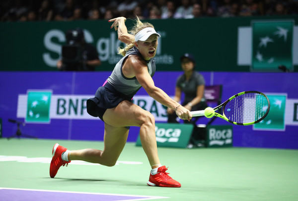 Caroline Wozniacki in action against Simona Halep at the 2017 WTA Finals | Photo: Clive Brunskill/Getty Images AsiaPac