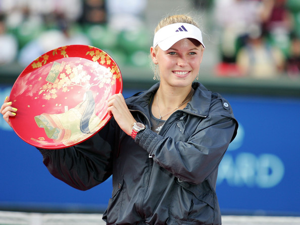 Caroline Wozniacki lifts the 2010 Toray Pan Pacific Open trophy in Tokyo/Getty Images