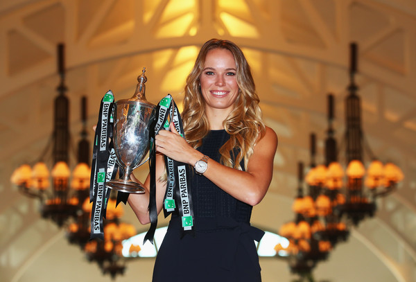Caroline Wozniacki posing along with her Billie Jean King trophy in Singapore | Photo: Clive Brunskill/Getty Images AsiaPac