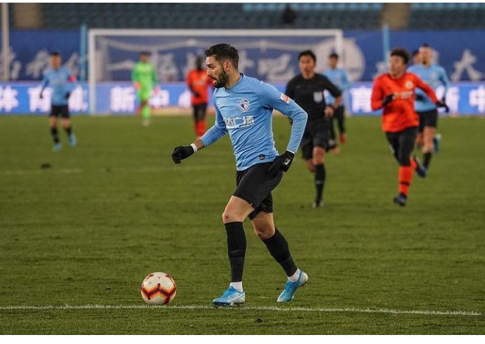 Carrasco conduce el balón en un partido con el Dalian Yifang // FOTO: Instagram de Yanick Carrasco