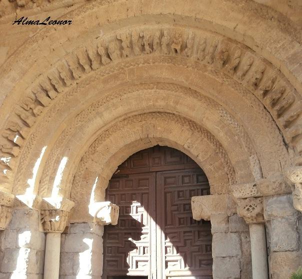 Canecillos en forma de cabezas de toros en la entrada de la Iglesia de Santa María del Camino (Palencia). Imagen: AlmaLeonor (VAVEL).