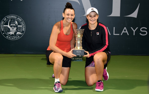 Ashleigh Barty and Casey Dellacqua pose along with their trophies in Kuala Lumpur | Photo: Stanley Chou/Getty Images AsiaPac