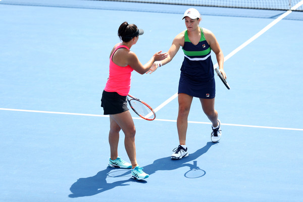 Barty and Dellacqua clap hands after winning a point in New Haven | Photo: Maddie Meyer/Getty Images North America