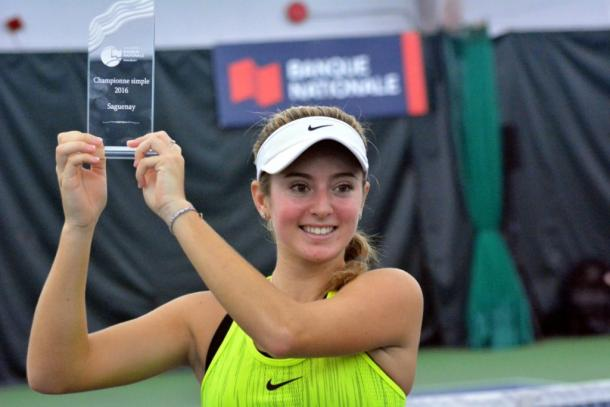 Catherine Bellis poses with the winner's trophy after defeating Bianca Vanessa Andreescu in the final of the 2016 Coupe Banque Nationale de Saguenay. | Photo: Tennis Canada