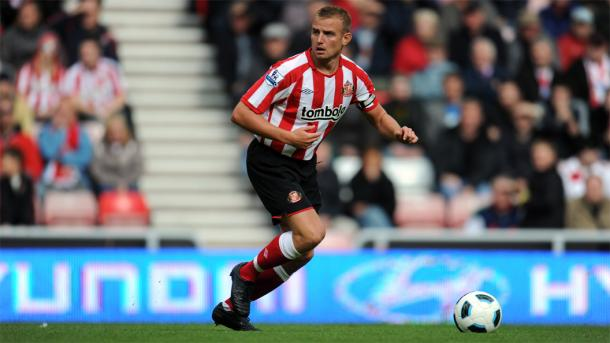 Cattermole looks for a pass. | Photo: Sunderland AFC