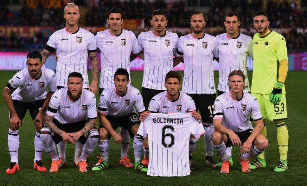 Los once del Palermo homenajearon al lesionado Goldaniga.