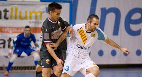 Fabián lucha por el balón en el último partido ante Elche | Foto: Catgas E. Santa Coloma
