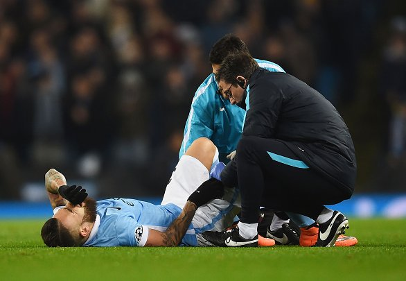 Otámendi (pictured) in pain on the turf following his unfortunate collision | Photo: SkySports