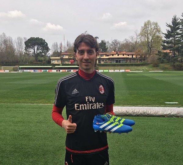 """Attraverso il proprio profilo Instagram, Riccardo Montolivo ha postato una foto con le sue nuove scarpe da gioco, le Adidas Ace16. """"Carico per un gran finale di stagione!"""""""