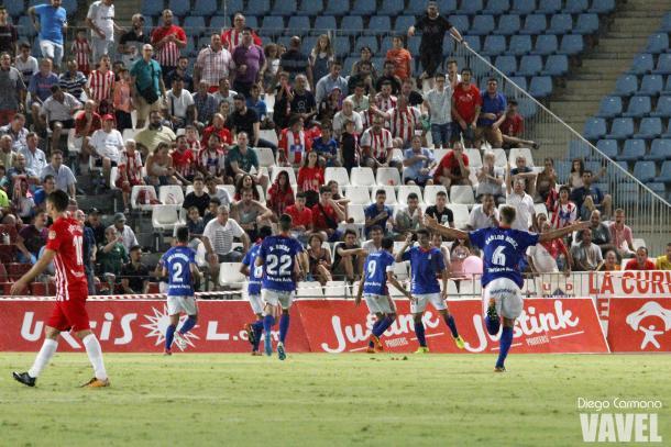 Los jugadores del Real Oviedo corren a felicitar a Saúl Berjón tras marcar el 0-1 en el Estadio de los Juegos del Mediterráneo.   Imagen: Diego Carmona (VAVEL)