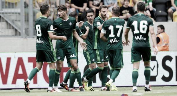 Celebración del gol de Pezzella ante el Everton | Foto: Real Betis