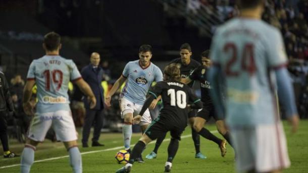 Modriç defiende a Maxi Gómez | Foto: LaLiga.es