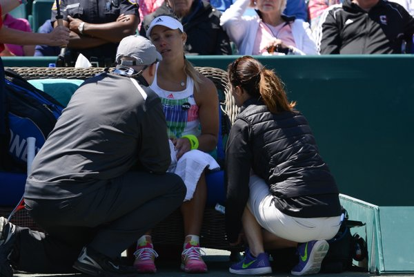 Kerber calls for the trainer | Photo: Christopher Levy