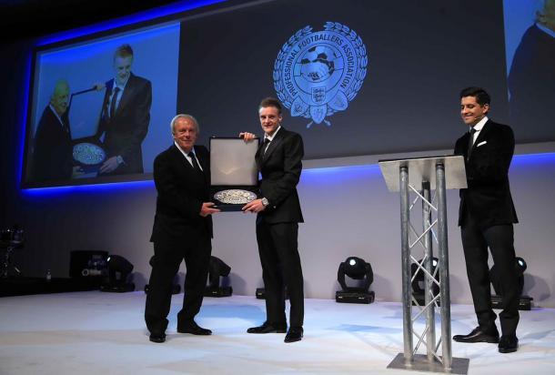 Vardy recogiendo el premio | PFA