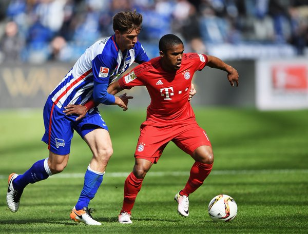 Douglas Costa difende palla. Fonte: fcbayern.de