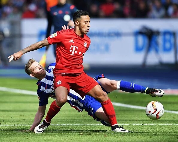 Thiago Alcantara subisce l'intervento di un avversario. Fonte: fcbayern.de