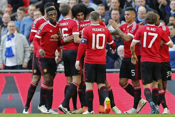 Fellaini celebrates with his teammates as given the Reds a deserved lead | Photo: Getty Images