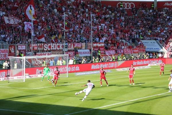 Douglas Costa flashes a shot just wide of the mark. (Photo: FC Bayern Munich)