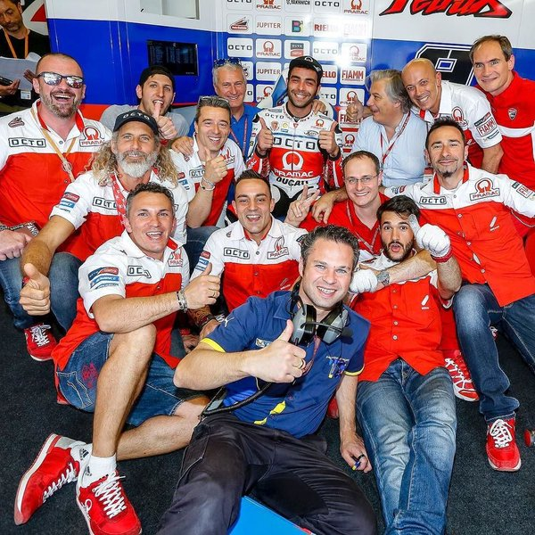 Petrucci and his team celebreate victory | Photo: Twitter/pramacracing