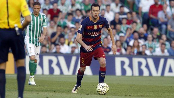 Busquets controlla la sfera. Fonte: fcbarcelona.es