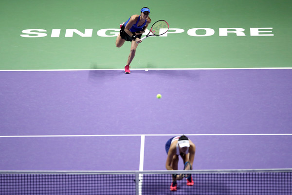 Hingis serves at the WTA Finals | Photo: Matthew Stockman/Getty Images AsiaPac