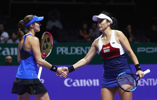 Chan and Hingis celebrates winning a point | Photo: Clive Brunskill/Getty Images AsiaPac