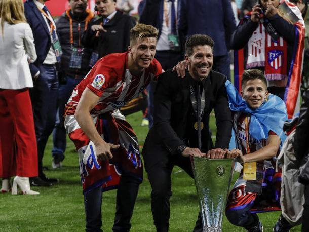 Simeone con sus hijos y el trofeo de la UEFA Europa League | Foto: Atlético de Madrid