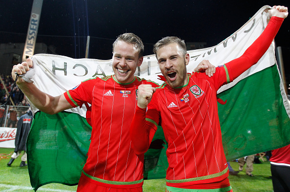 Gunter celebrates qualification with Ramsey | Photo: Srdjan Stevanovic/Getty Images