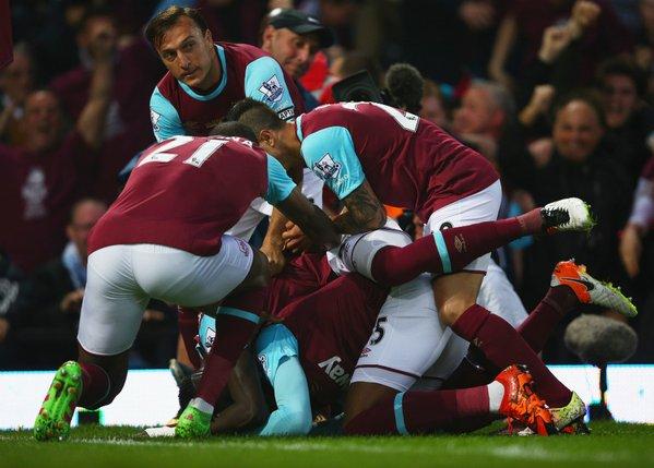 L'abbraccio collettivo degli Hammers a Sakho dopo il gol dell'1-0 (da Twitter)