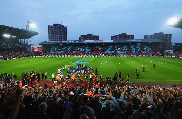 La coreografia del Boleyn Ground all'ingresso in campo delle squadre (da Twitter)