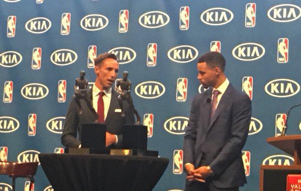Steve Nash (esquerda) foi o último armador a conseguir conquistar o prêmio por dois anos seguidos (Foto: Divulgação/NBA)