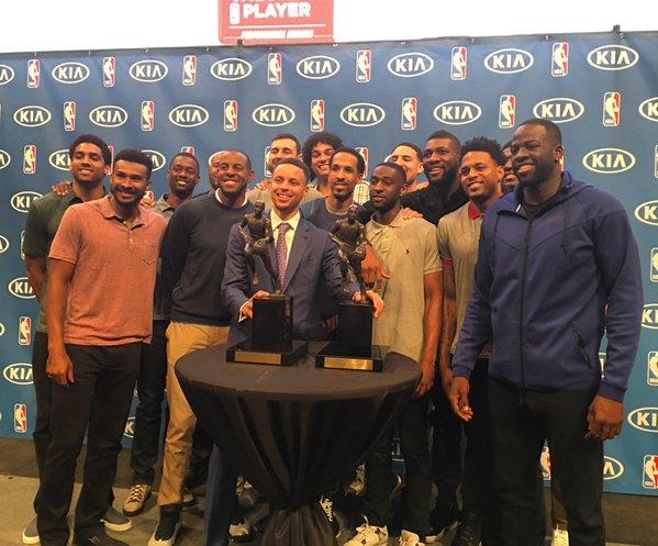 Jogadores do Golden State Warriors marcaram presença na premiação do astro do time (Foto: Divulgação/NBA)