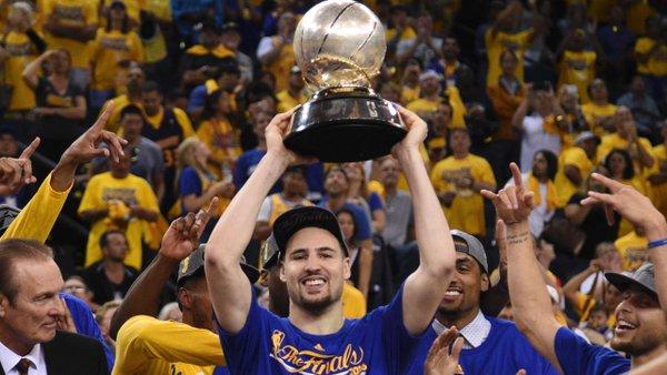 Klay Thompson levantou o troféu de campeão da Conferência Oeste (Foto: Divulgação/NBA)