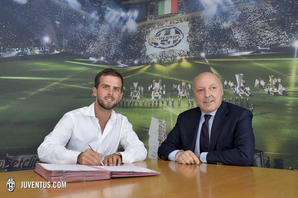Pjanic signs his contract next to Marotta | Photo: juventus.com