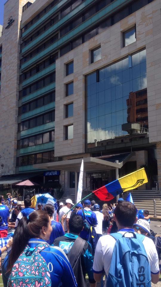 Los hinchas de Millonarios a las afueras del hotel Bogotá Plaza. Foto: twitter.com/MillosFC